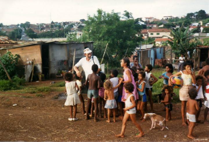 Padre Vincenzo Tonetto con i piccoli nella sua missione