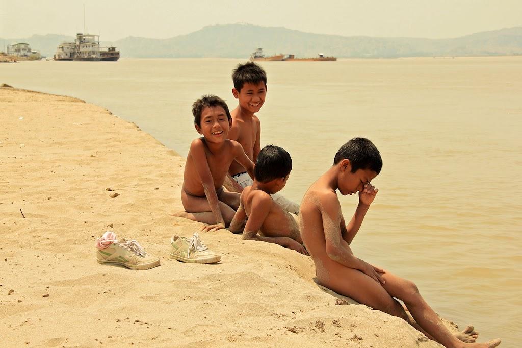 Мальчики голышом на пляже 52