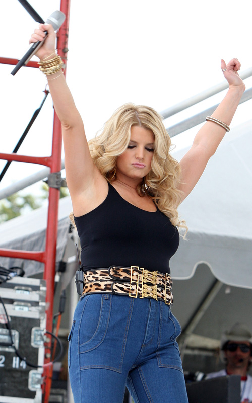 Jessica Simpson Is Fat and Old(big breasts-2photos)2