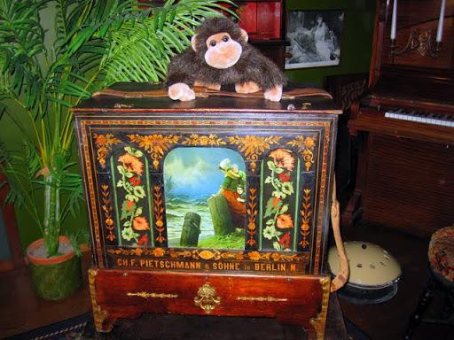 Шарманка и обезьянка. Экспонаты из Музея механической музыки в Варкаусе, Финляндия
