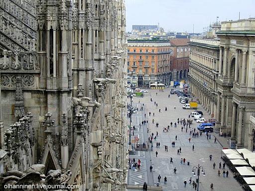 Вид с крыши Миланского собора на Соборную площадь в Милане, Италия