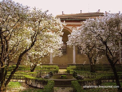 Клойстер расположен позади монастыря Санта-Мария-делле-Грацие