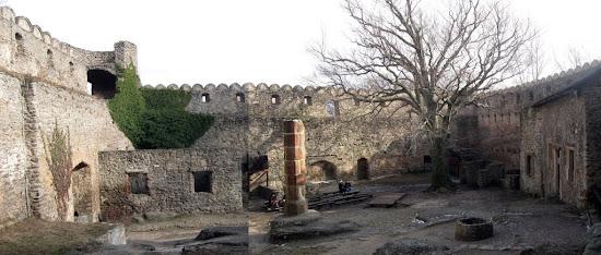 zamek Chojnik - dziedziniec panorama