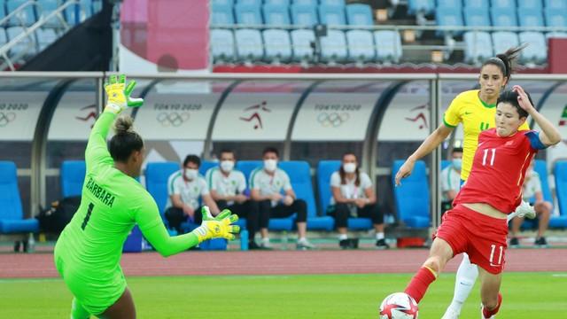 Bárbara cresce diante de Wang Shanshan e evita o gol da atacante chinesa