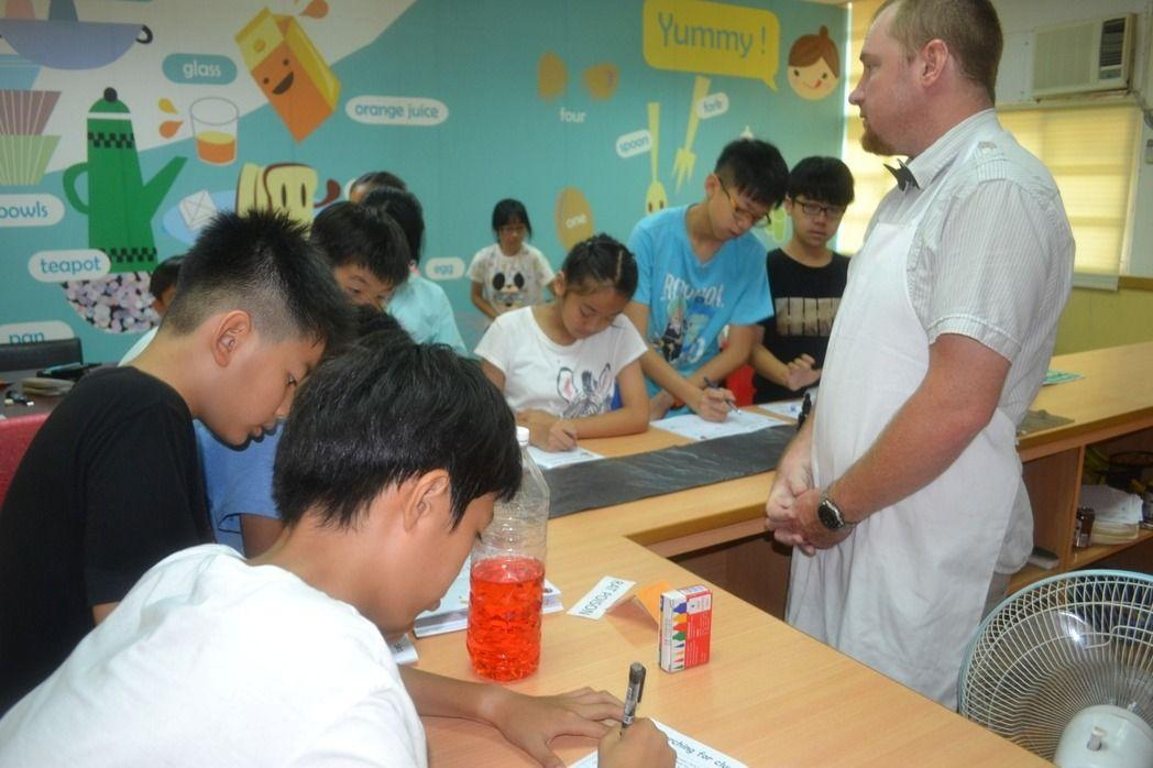 台南市博愛國小英語村設計推理劇場英語營活動,學生扮演柯南找答案。記者鄭惠仁/攝影