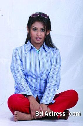 Model Chadni sitting