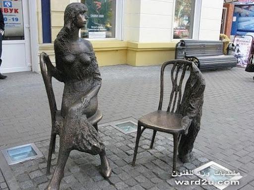 تماثيل من برونز في حوارات هادئه