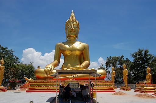 微笑ましい大仏陀 ※左右には、7体の・・・