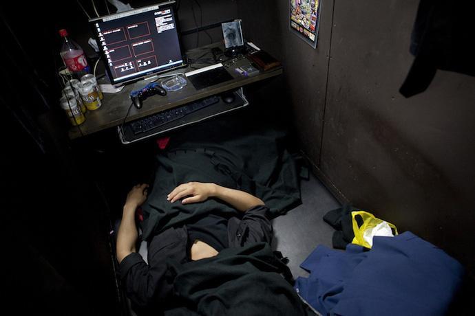 Kết quả hình ảnh cho xu hướng sống ở quán cafe internet của người nhật