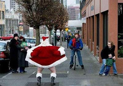 Papai Noel tirando a roupa nas ruas