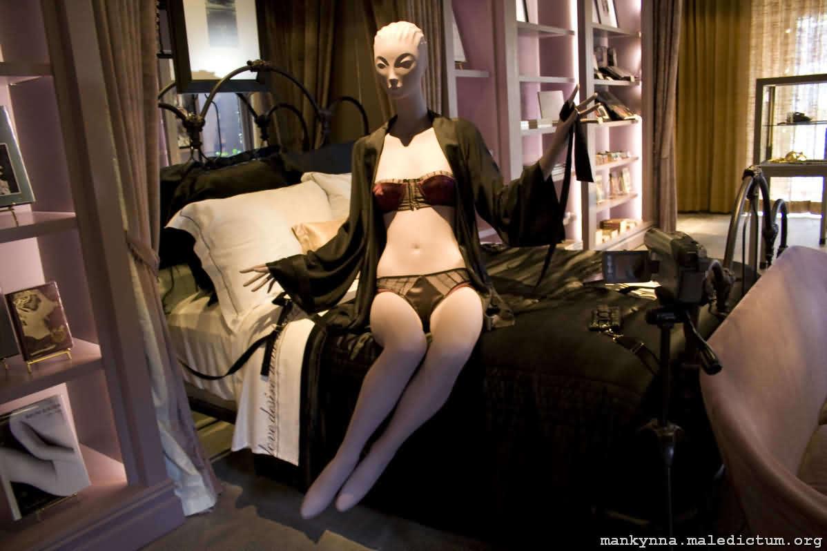Манекен в спальне