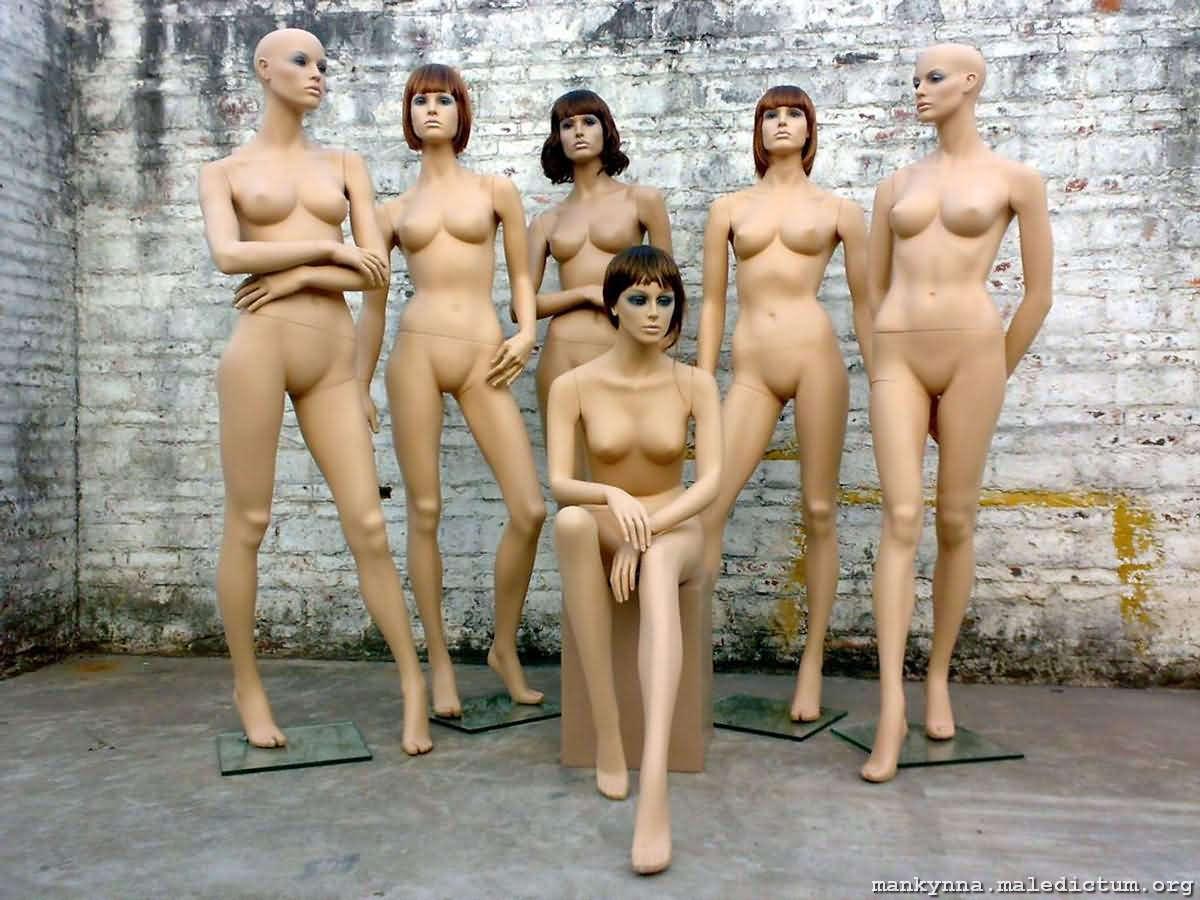 Традиционное собрание нагих манекенов
