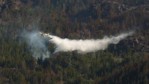 * Imágenes de aviones combatiendo incendio en Chubut