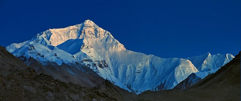 Еверест (Джомолунгма) на восходе солнца