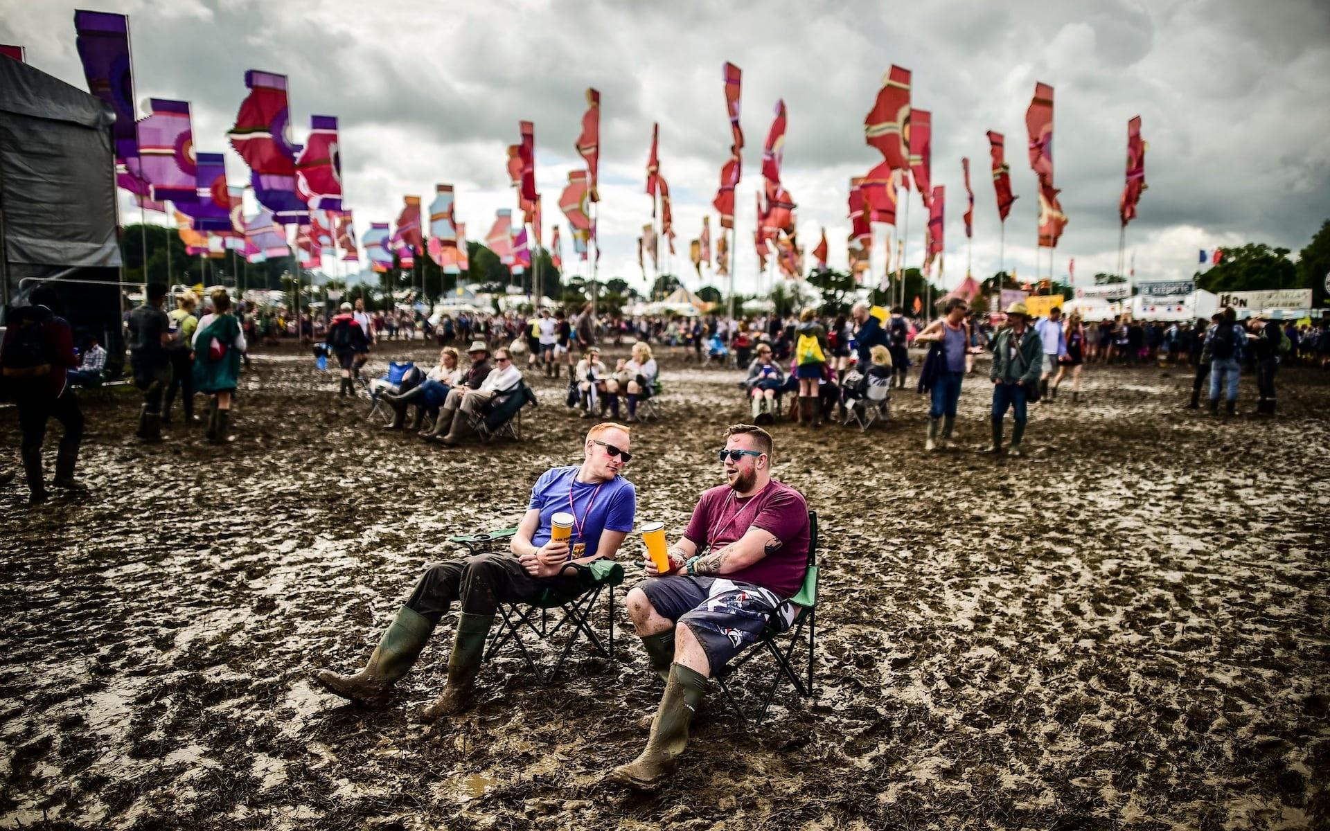 Glastonbury festivaliers dans la boue