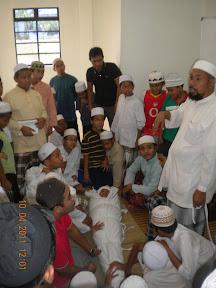 Ustaz Badul sedang memberi penerangan