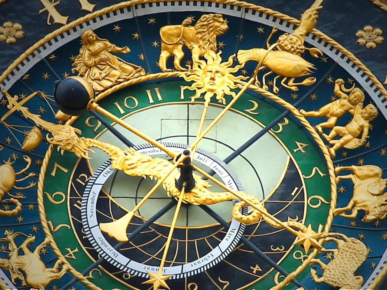 C:\Users\pc\Downloads\astronomical-clock-408306_1920.jpg