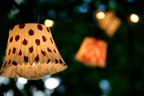 decorar bombillas con moldes de magdalenas