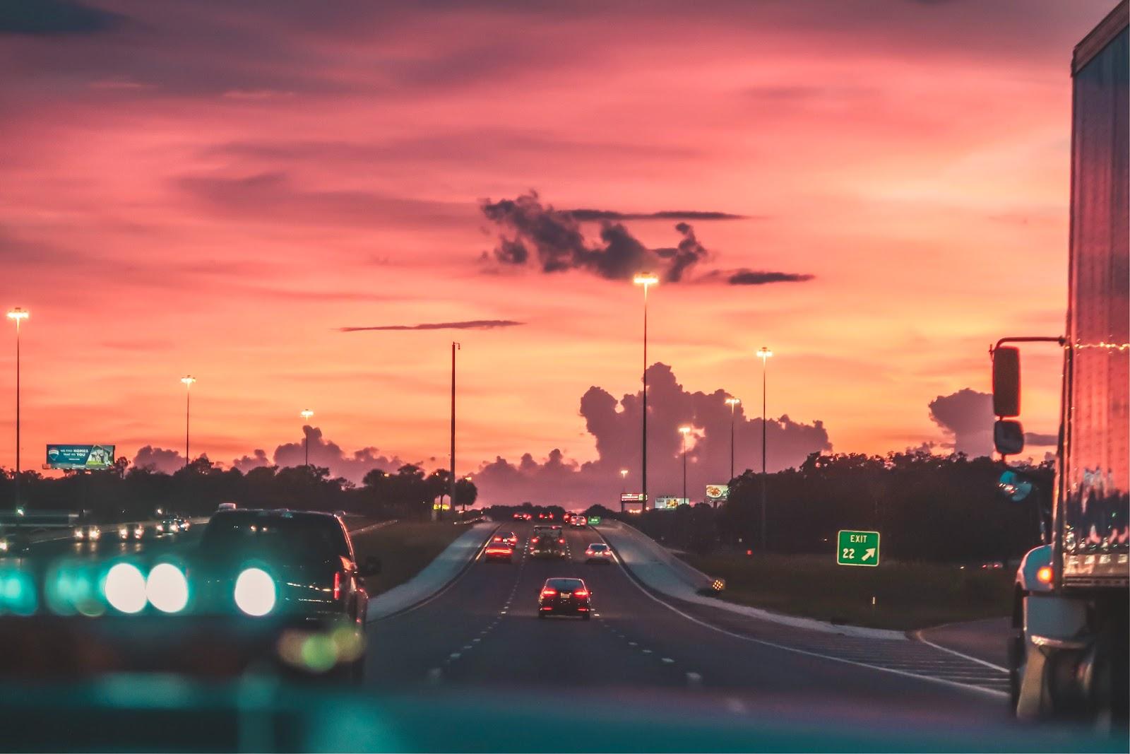 Uma visão de uma estrada.