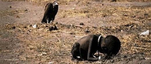 Nena sudanesa esperant menjar en un campament de la ONU. Un voltor s'espera a que mori al seu darrere...