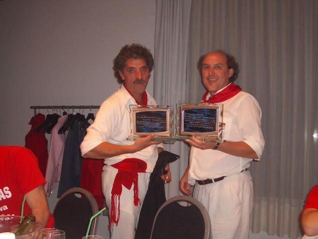 Antonio Montiel y Tomás Garrido recibiendo el homenaje como creadores del escudo y el himno de la Peña Lubumbas respectivamente el 26 de septiembre de 2006.