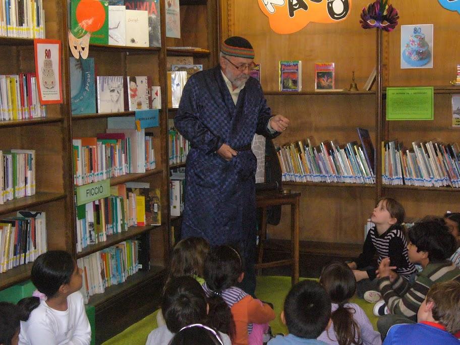 Conta contes 2011, les mares i pares de l'Escola Pere Vila expliquen contes a la bilbioteca de l'Escola
