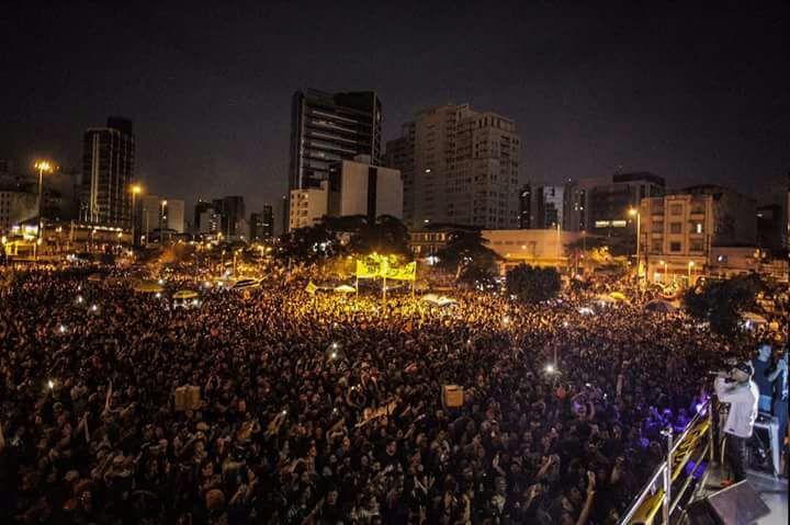 A imagem pode conter: uma ou mais pessoas, multidão, céu, noite e atividades ao ar livre