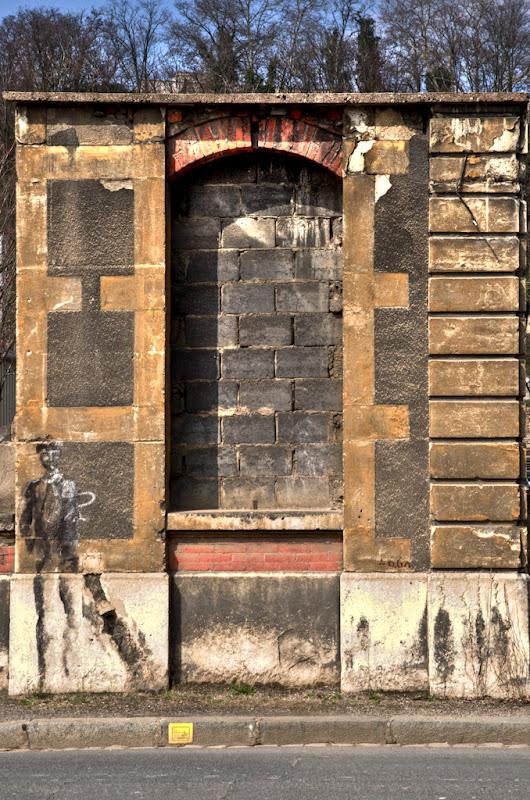 morceau de mur... 20110318_01_ancienne_entree_DSC100117-9_tonemapped