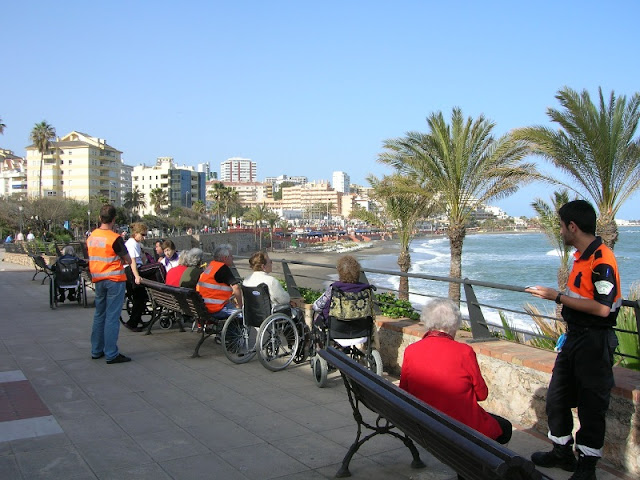 Los voluntarios de Protección Civil Benalmádena en el Bil-Bil con los mayores.