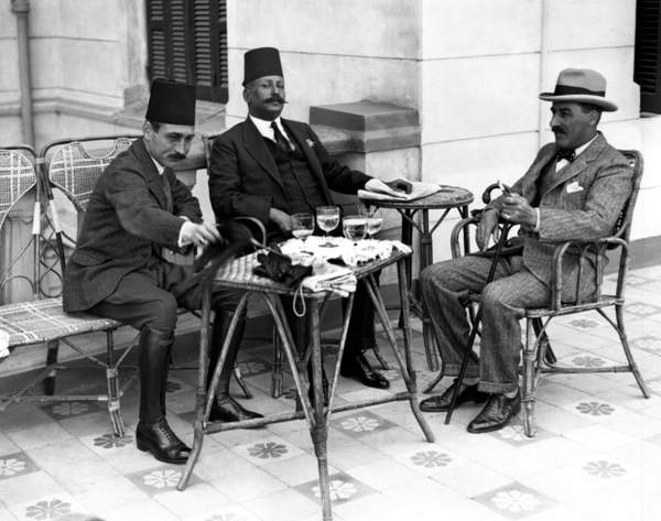 Image of The British Egyptologist Howard Carter discusses with two Egyptian representatives the excavations of the tomb of Tutankhamun in the Valley of the Kings, Egypt, 1922 (b/w photo), photograph, © Tallandier / Bridgeman Images