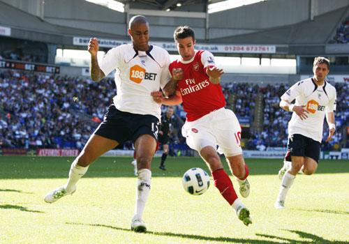Robin van Persie with Zat Knight, Bolton - Arsenal