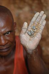 Un congoleño sosteniendo un puñado del mineral coltán en su mano