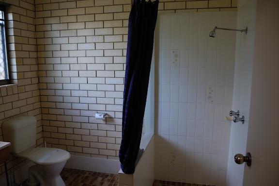 コンフォート・イン・フレーザー・ゲートウェイ・ホテルのシャワーとトイレの写真