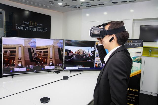 """Học trực tuyến chỉ là bước đầu, công nghệ giáo dục sẽ không ngại ngần khai mở những chân trời mới để giúp người học thực sự """"đắm chìm"""" trong thông tin và kiến thức. Như ở đây, một học viên của TOPICA IVY đang trải nghiệm học tiếng Anh qua công nghệ video 360 độ."""