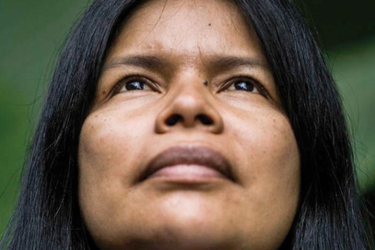 Ataques a mujeres amazónicas. Por su defensa de la naturaleza y su territorio Patricia Gualinga ha recibido amenazas de muerte y ataques. Foto: Jonathan Rosas para GK.