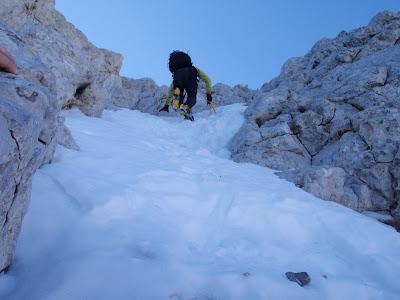 Grimpant entre la neu, el gel i la roca