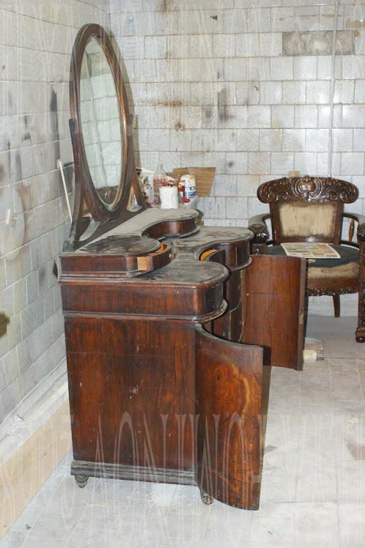 Туалетный столик с зеркалом до реставрации
