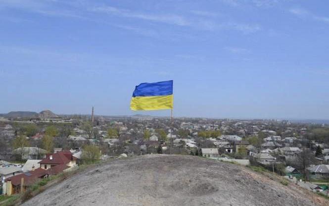 Неизвестные водрузили на терриконе в Стаханове украинский флаг накануне псевдореферендума год назад