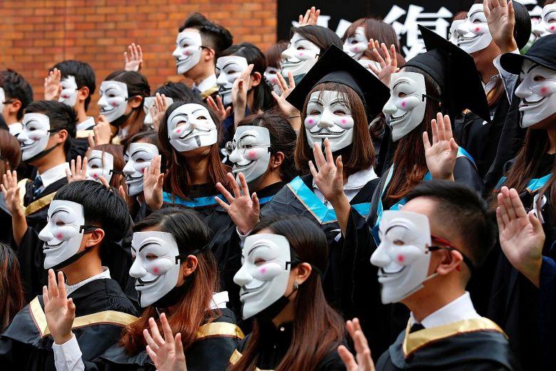 Hong Kong se Disfraza de Halloween para continuar las protestas