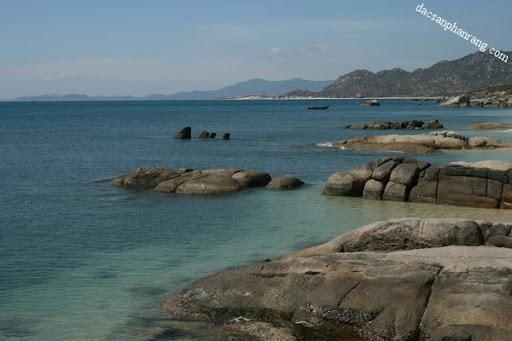 Những mỏm đá đủ loại hình thù nằm sát mép bờ.