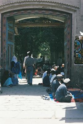 モスクの庭で礼拝する人々