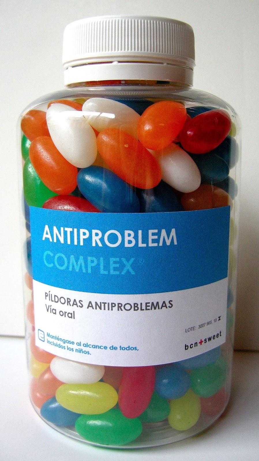 """A imagem é uma embalagem de pílulas de remédio cheia de balas de jujuba. A embalagem diz """"complexo antiproblemas. Pílulas antiproblemas. via oral. Mantenha ao alcance de todos, inclusive crianças"""""""