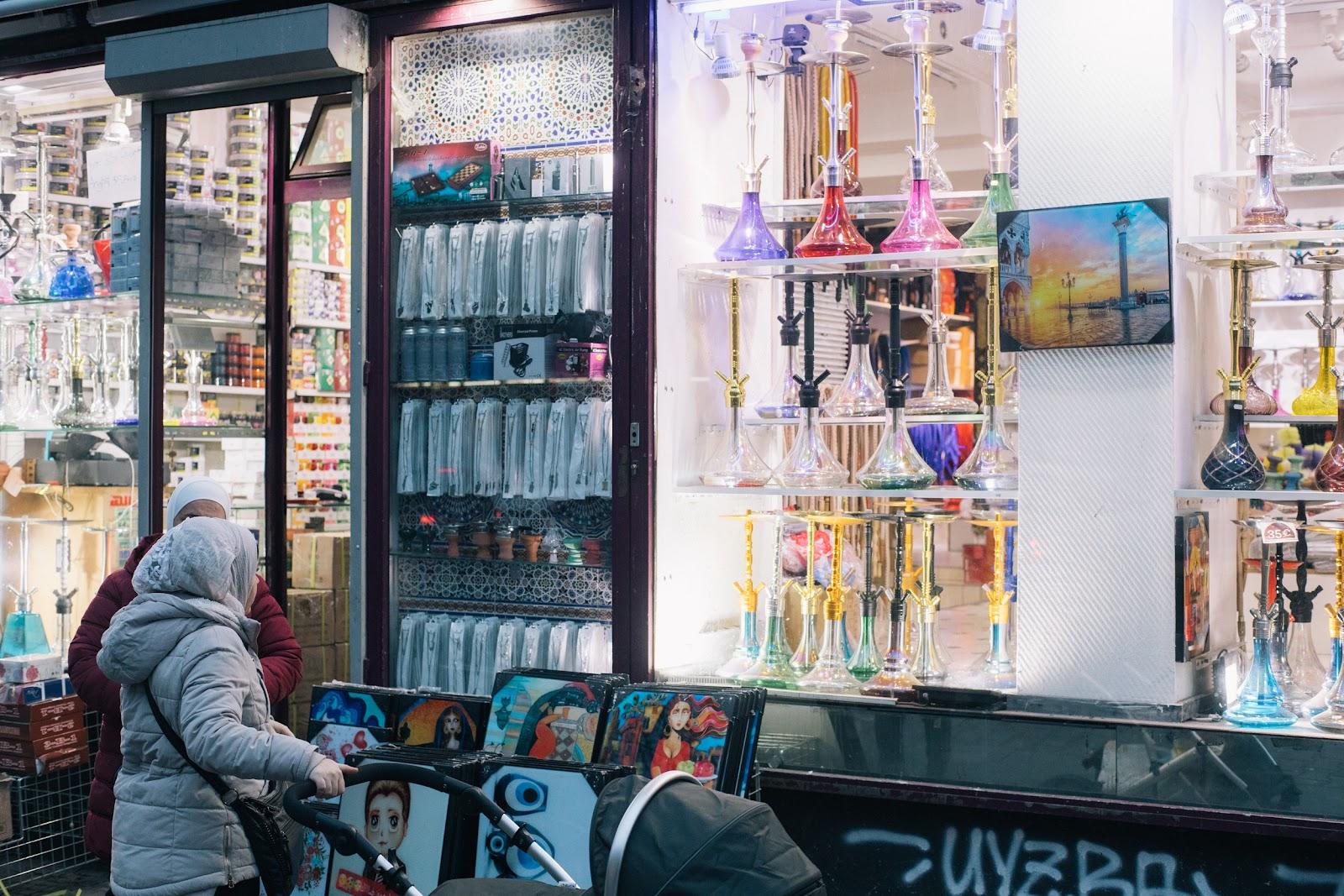 Zwei Frauen vor einem Shisha-Händler