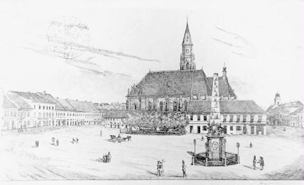 """Szépítési megfontolásból állították a térre az I. Ferenc császár látogatását megörökítő emlékoszlopot, a """"Státuát"""" is. A téren rosszul elhelyezett emlékoszlop azonban eltörpült a neogótikus torony méretei mellett, és a kellő megbecsülésben sem részesült: egy tanácsi gyűlés felháborodva tárgyalta, hogy a vásáros nép kifogott lovait az emlékoszlophoz pányvázza ki. A későbbiekben az oszlopnak a mai Múzeum téren találtak helyet, a plébániatemplom barokk kapuját pedig a Szentpéteri templom előtt állították fel (Kolozsvár az 1850-es években)."""