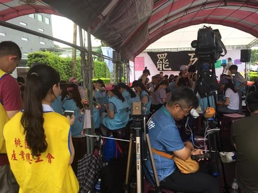 罢工期间,郭芷嫣每天在纠察线现场负责管理秩序。 //图片来源:杨进