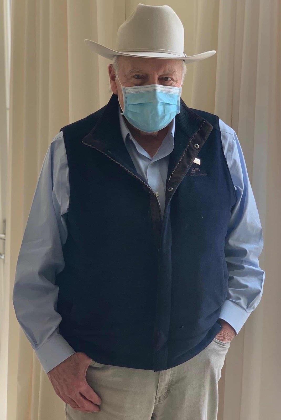 """Cựu Phó TT Dick Cheney được coi là một người rất bảo thủ và truyền thống. Là đối tượng của phương châm trong thời đại coronavirus: """"người đàn ông thực thụ phải mang khẩu trang"""" (real men wear masks). Đội nón cao bồi, chỉ còn thiếu khẩu súng lục đeo xệ xệ bên hông thôi."""