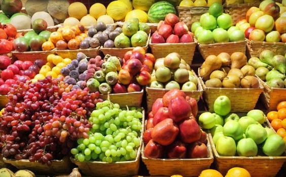 Số lượng lớn hoa quả từ nước ngoài nhập về như vậy chắc chắn cần có giấy tờ thông quan mới có thể vào đến thị trường Việt Nam.
