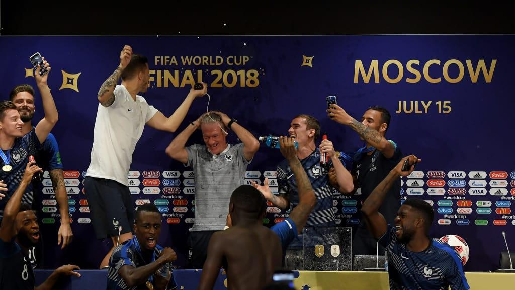C:\Users\Carla\Desktop\Copa do Mundo 2018 - RUSSIA\França\Final\Galeria da campea\festa na coletiva.jpg