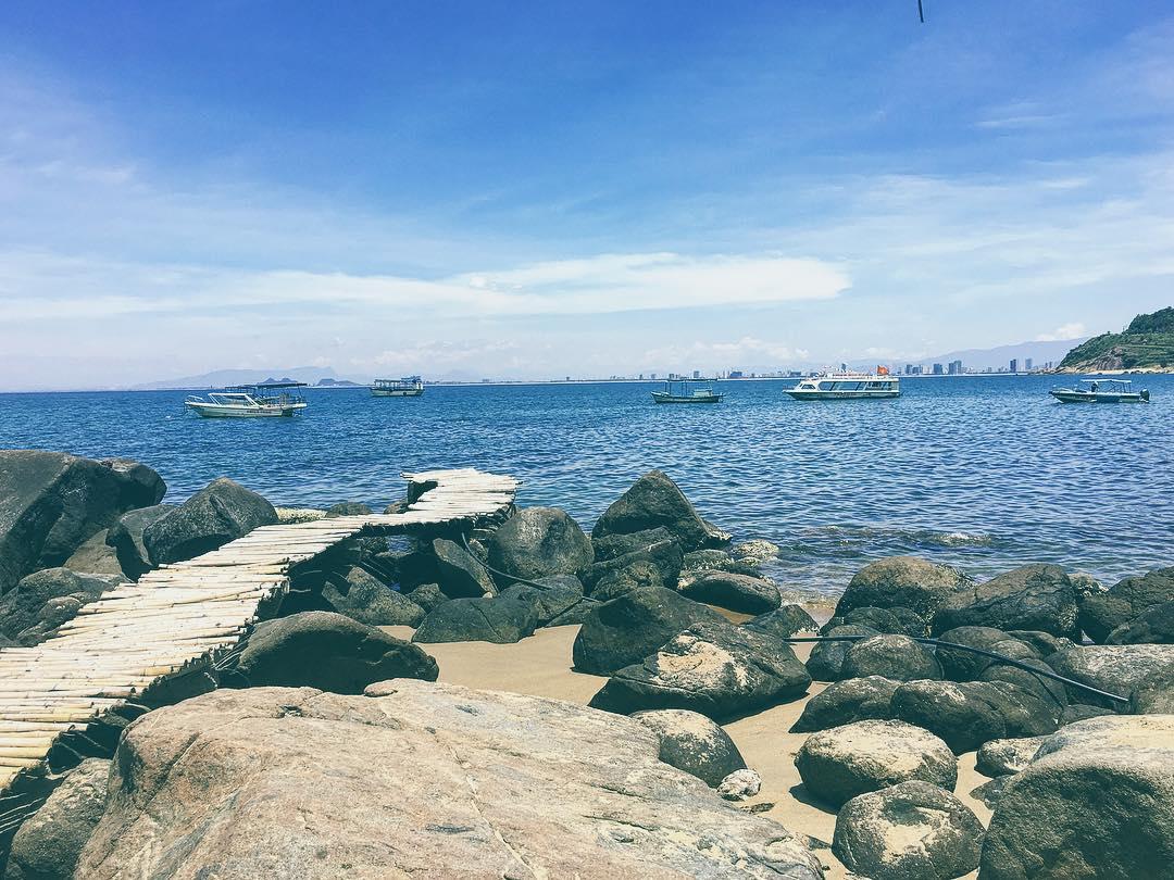 Cát vàng mịn màng, nước biển xanh ngắt, ghềnh đá nhấp nhô- phượt Đà Nẵng