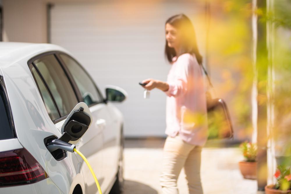 Os carros elétricos devem se tornar o destaque no mercado durante esta década. (Fonte: Shutterstock/husjur02/Reprodução)